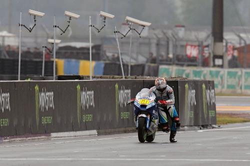 Julián Simón Le Mans arrastrando la moto a rastras en meta