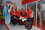 De izquierda a derecha, Paolo Ciabatti, Vitto Guareschi, Nicky Hayden, Bernard Gobmeier, Andrea Dovizioso y Gabriele Del Torchio (Ducati 2013)